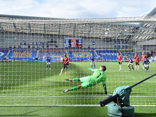 С невероятен късмет Манчестър Юнайтед записа първата си победа за