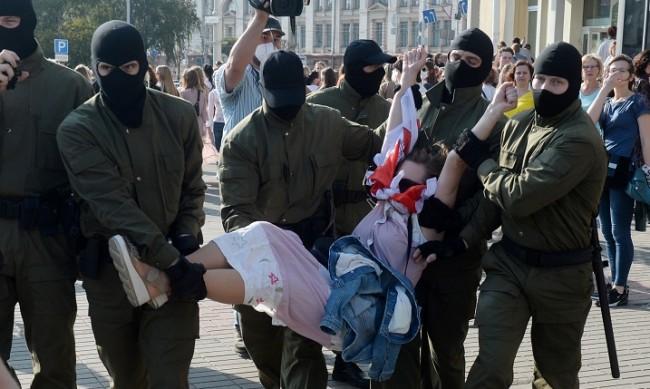 """""""Революцията на жените в Беларус"""" - правилно ли е свалянето на маските на полицаите?"""