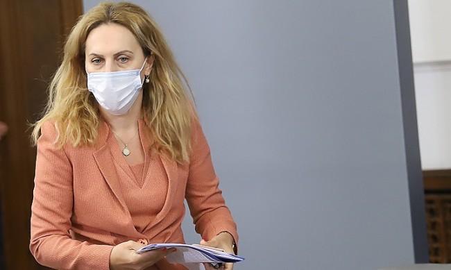 Министър Николова ще иска безплатни чадъри и за сезон 2021