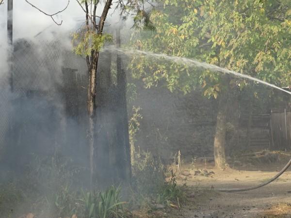 Мълния е подпалила покрива на навес в силистренското село Калугерене,