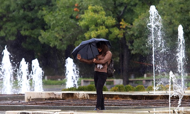 Дъждобран или чадър, кое да изберем според дерматолог?