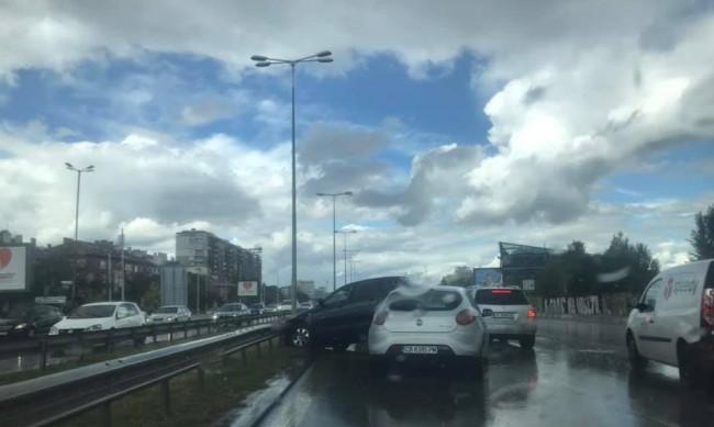 """Катастрофа на """"Цариградско шосе"""" затруднява движението"""