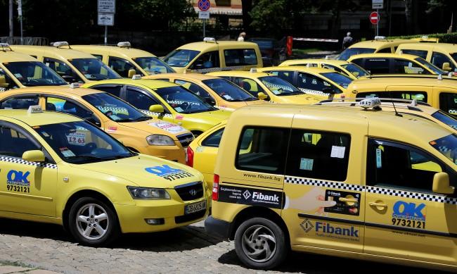 Таксиметрови шофьори протестират в Пловдив