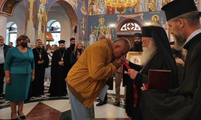 РЗИ-Ловеч глобява МС, Борисов бил без маска в катедралата