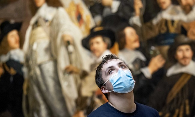 Нидерландия обърна курса, призова за маски на обществени места
