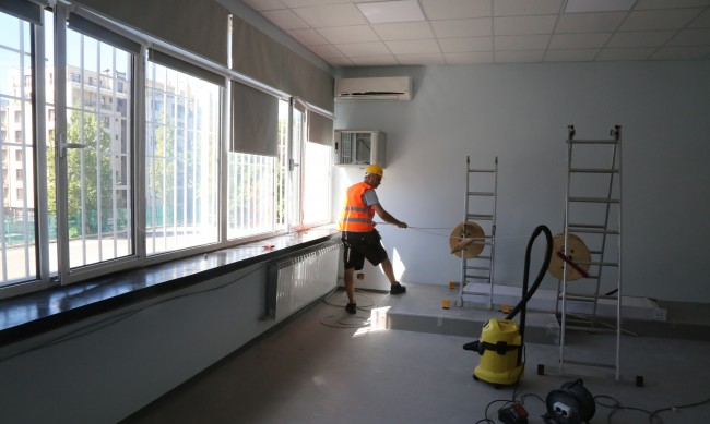 Обновяват класни стаи с паравани, фитнес, зоокът