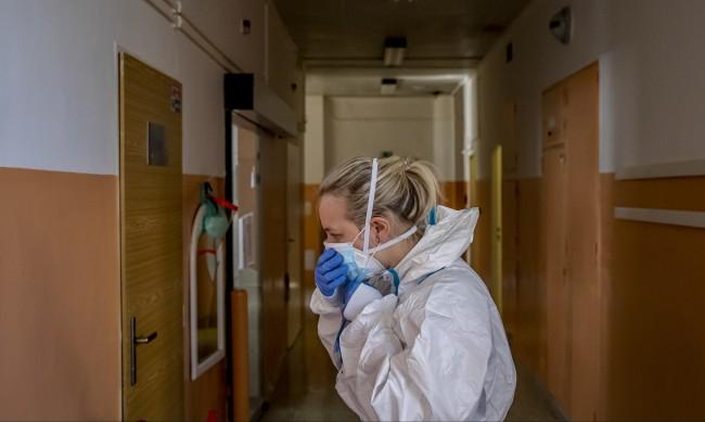 Чехия въвежда извънредно положение, болните в Русия рязко нагоре