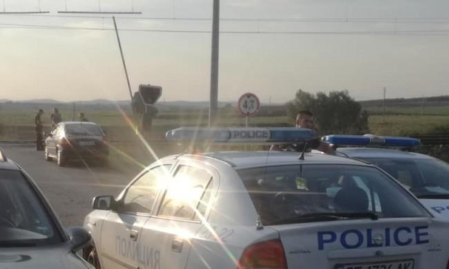 Камион падна върху жп линия, водачът му загина