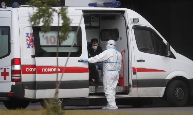 Новите случаи на COVID-19 в Русия над 10 000