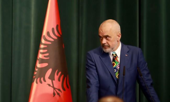 Задължително носене на маска на открито в Албания