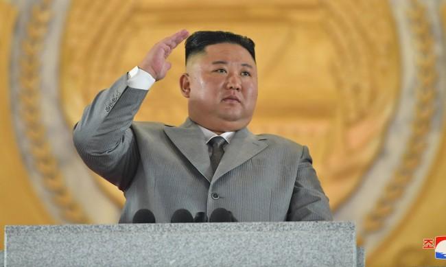 Ким Чен-ун се разплака на военен парад