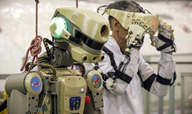 """Роботът """"Фьодор"""" разкри, че руските космонавти злоупотребяват с алкохол в орбита"""