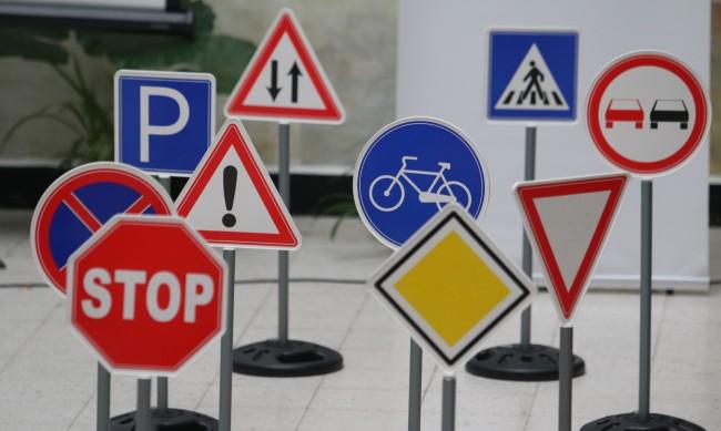 2/3 от пътните знаци в България са невидими за шофьорите