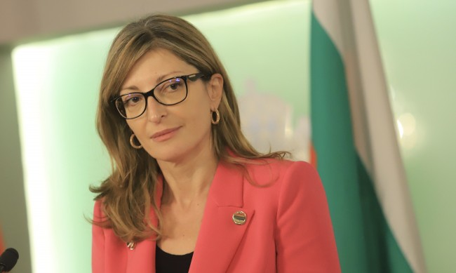 Захариева към българите на Острова: Извадете си паспорт!