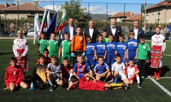 Министър Красен Кралев откри футболно игрище в с. Черниче