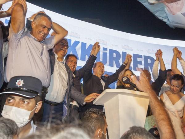 """Националистът Ерсин Татар, подкрепян от Турция, беше избран за """"президент"""""""