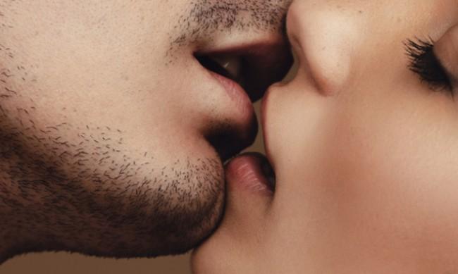 Какво мислят мъжете за целувката на първа среща?