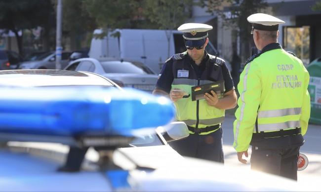 Двама полицаи в ареста заради измами с проби за алкохол