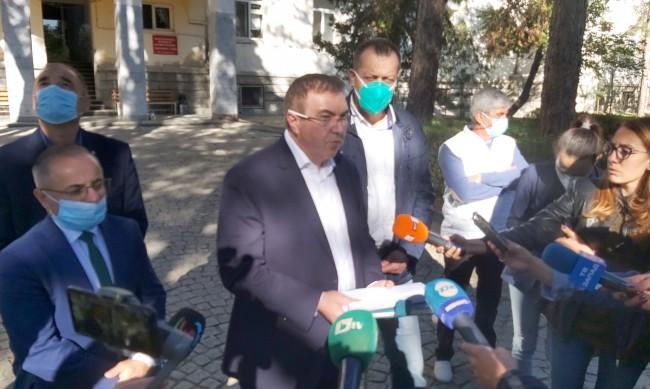Министър Ангелов: Имам притеснения за българските медици и сестри