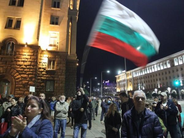 """На площад """"Независимост"""" започна 103-тата вечер на антиправителствени демонстрации. По"""