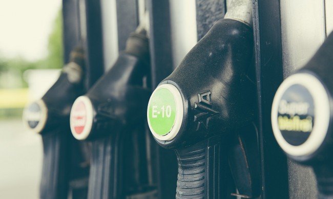 Петролът се търгува под 43 долара за барел