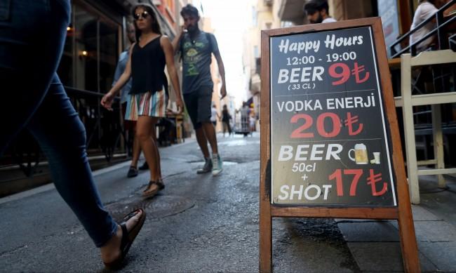 67 станаха вече жертвите на фалшив алкохол в Турция