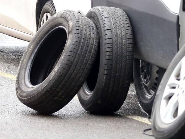 Търговци предлагат износени и дори надупчени гуми като здрави в
