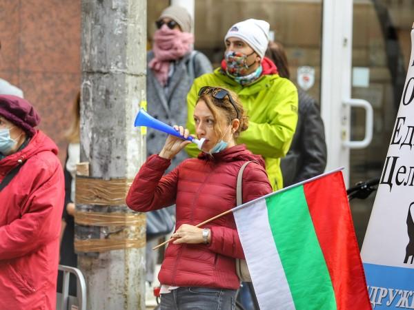 Снимка: Димитър Кьосемарлиев С протест под прозорците си и викове
