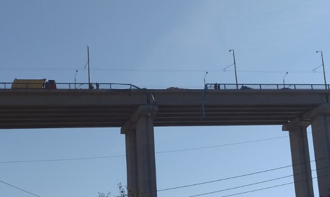 Камион падна от Аспарухов мост във Варна