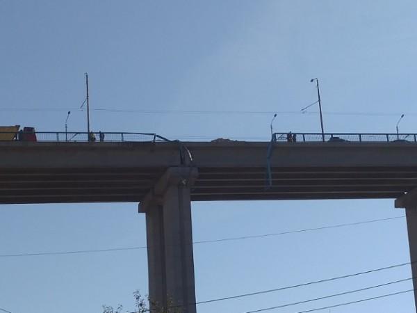 Тежкотоварен камион е паднал от най-високата част на Аспарухов мост