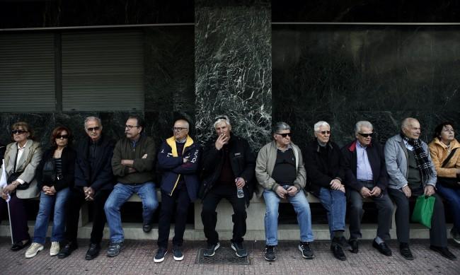 Връщат пари на пенсионерите в Гърция заради орязани пенсии