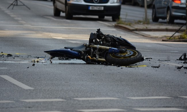 Челен удар между мотор и кола на булевард в Бургас