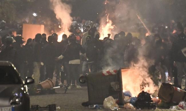 Сблъсъци с полицията при протест срещу ограниченията в Неапол