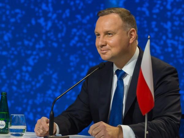 Полският президент Анджей Дуда е заразен с коронавирус, но се