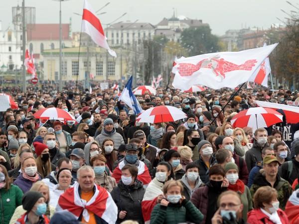 Десетки хиляди преминаха на шествия по улиците на столицата Минск