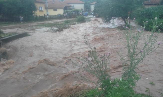 Буря в Добрич наводни десетки къщи и пътни отсечки