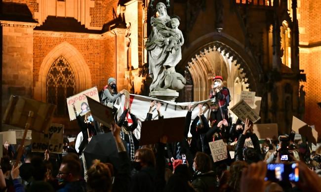 В подкрепа на абортите: Хиляди блокираха градове в Полша