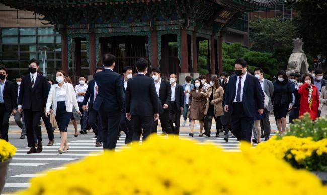 COVID-19 в Южна Корея: Живеем нормално, просто носим маски