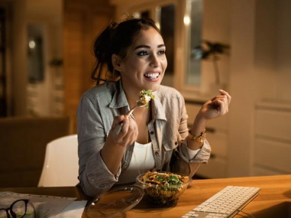 Храненето късно вечер или през нощта обикновено е продиктувано от