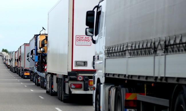 """Спират движението на камионите над 10 т през """"Петрохан"""" от 2 ноември"""