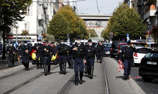 Мъж опита да нападне полицаи с нож в Авиньон