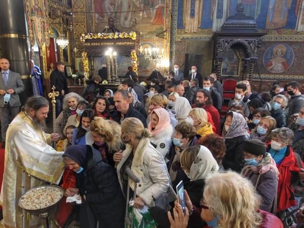 Снимка: Димитър Кьосемарлиев, Dnes.bgПреобличане на светите мощи на Св. крал