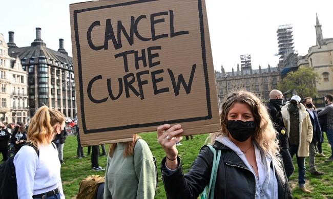 Великобритания на стъпка от пълна обща карантина