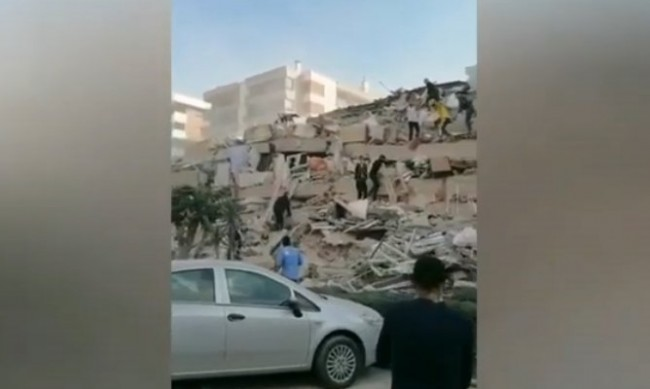 Срутени сгради в Измир при силното земетресение