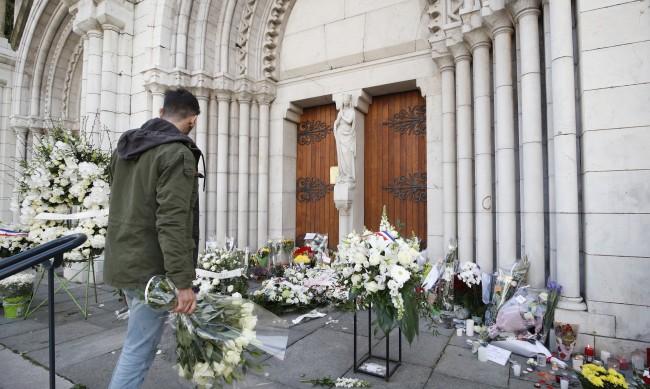 Франция засилва сигурността след нападението в Ница