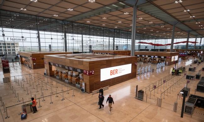 """""""Прокълнатото"""" летище на Берлин днес отваря врати"""
