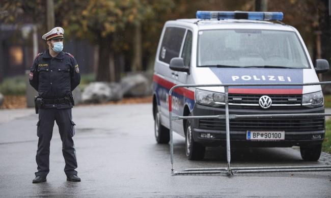 """С викове """"Аллах акбар"""" 50 младежи напднаха църква във Виена"""