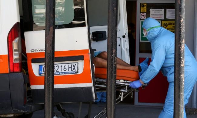 33-годишен мъж с COVID не дочака линейката, почина