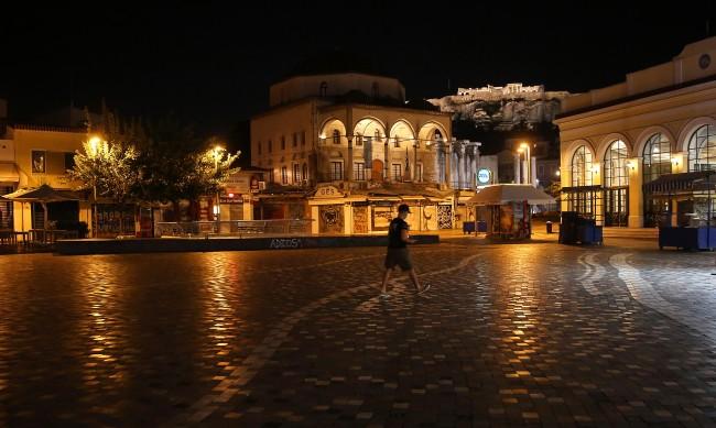 И Гърция затваря барове и ресторанти за месец
