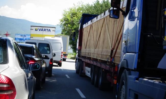 """Спират движението на камионите през """"Петрохан"""""""